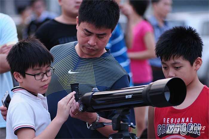 Nhiều học sinh theo phụ huynh đến địa điểm quan sát
