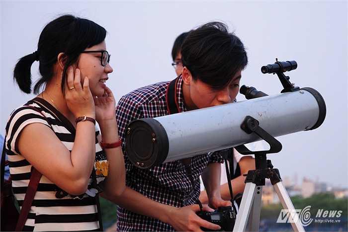 Trước đó, những người yêu thiên văn đã mang theo những ống kính tự chế đến khu vực sân vận động Mỹ Đình (Từ Liêm, Hà Nội) để chờ quan sát hiện tượng Trăng máu