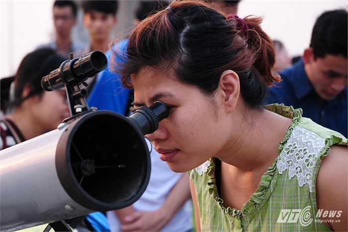Người phụ nữ này cố gắng quan sát hiện tượng Trăng máu qua kính thiên văn