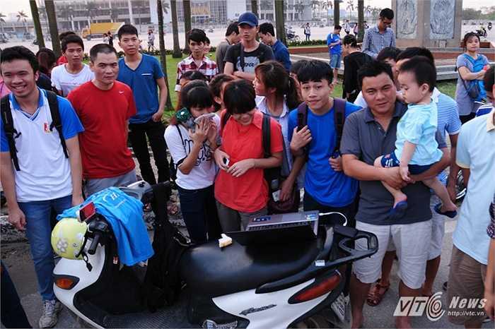 Rất nhiều bạn trẻ tại Hà Nội quan tâm đến hiện tượng thiên văn kỳ thú này