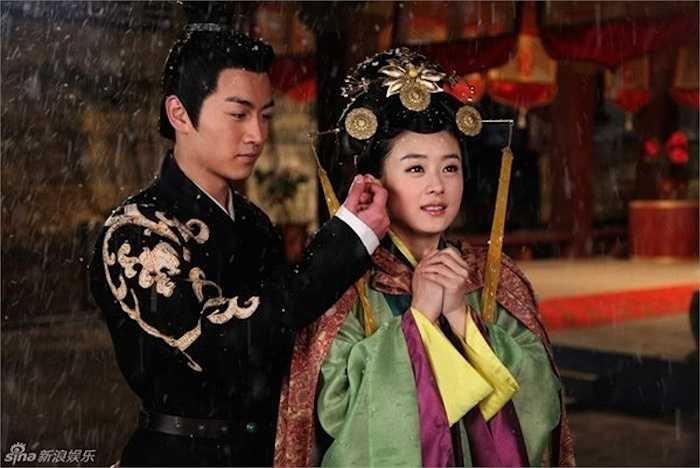 Sau khi cha mất, Lục Trinh không còn chốn dung thân nên đã tham gia cuộc tuyển chọn cung nữ và nhập cung.