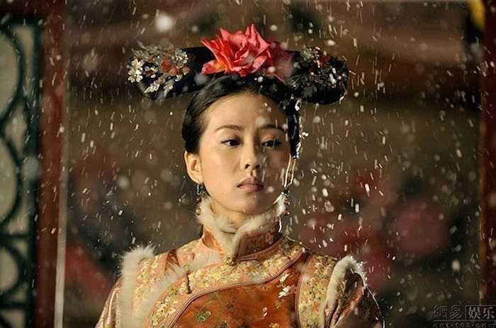 4. Lưu Thi Thi trong Bộ Bộ Kinh Tâm:Nhược Hy (Lưu Thi Thi) vốn là một cô gái thời hiện đại, nhưng vô tình xuyên không về triều vua Khang Hy, nhà Thanh sau một tai nạn ô tô.