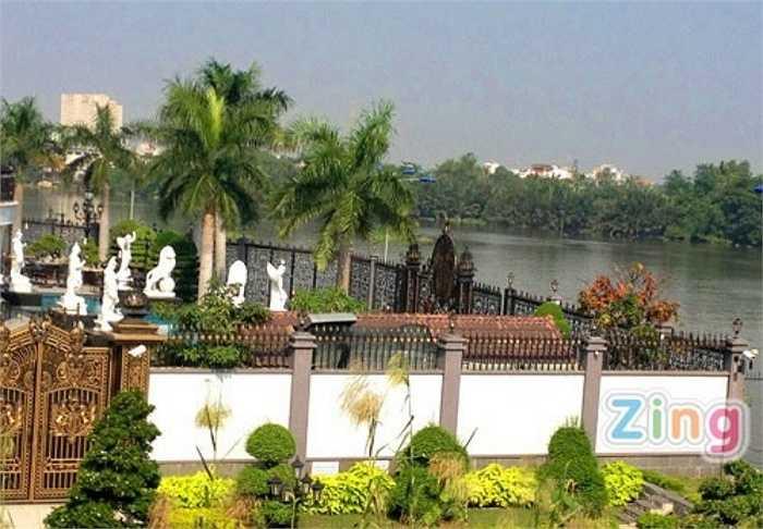 Biệt thự lại nằm ngay ven sông nên không khí càng thoáng mát, thoải mái hơn. Vườn nhà và khu vực xung quanh bể bơi được trang trí bởi những bức tượng  Phật. Vì biệt thự có tới 3 mặt tiền nên phía cổng sau cũng được trang trí khá cầu kỳ.
