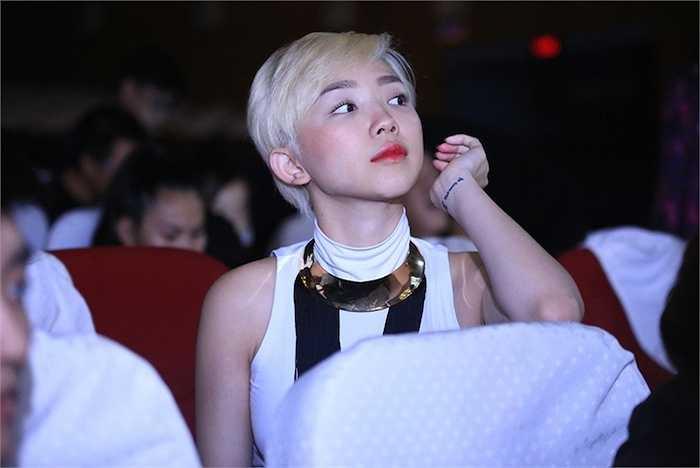 Ngay khi xuất hiện ở buổi tổng duyệt, Tóc Tiên đã gây ấn tượng với gu thời trang sành điệu.