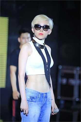 Dù bài hát đã được trình diễn trên sân khấu The remix, cô nàng vẫn biết cách thu hút những người có mặt tại sân khấu bởi khả năng hát live cực ổn.