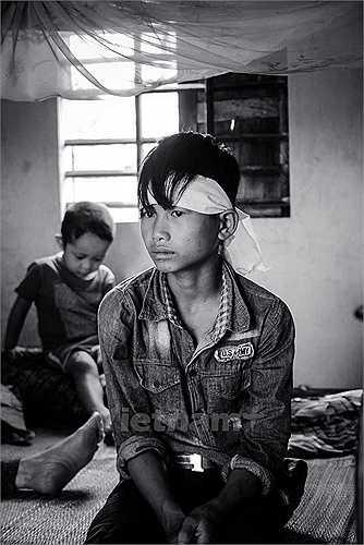 Em trai út nạn nhân Nguyễn Văn Chiến (Bố Trạch, Quảng Bình) thẫn thờ mỗi khi nhắc đến người anh của mình. Sau cái chết của Chiến, em Nguyễn Văn Cửu đã phải bỏ học vì nhà quá nghèo. (Ảnh: Minh Sơn/Vietnam+)