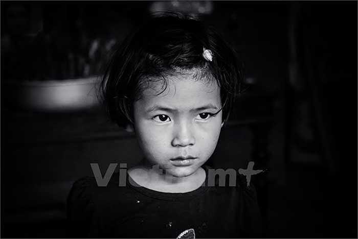 Con gái lớn của anh Lịch, cháu Nguyễn Thị Thu năm nay cũng mới chỉ 5 tuổi. Ngày ba mất, thấy nhà đông người, bé Thu lâu lâu lại hỏi: 'Không biết ba có mua kẹo về cho con không?'. (Ảnh: Minh Sơn/Vietnam+)