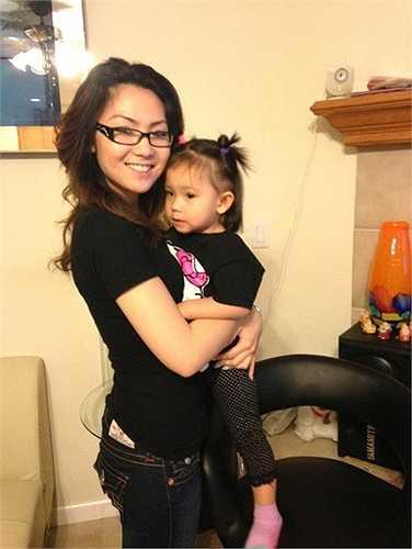 Những ngày không phải đi học, Jennifer Chung thường ở nhà giúp mẹ chơi đùa cùng cô em gái út nhỏ nhất của mình là bé Sandra, cô bé năm nay mới chỉ 4 tuổi.