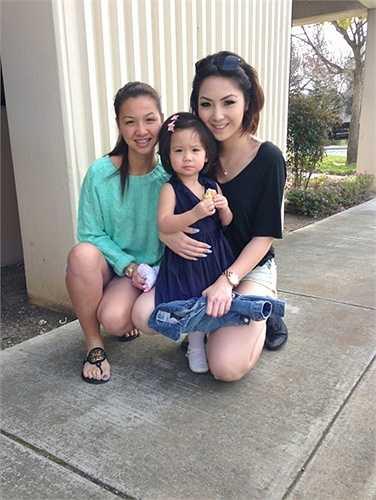 Mặc dù cách nhau khá nhiều tuổi nhưng Jennifer Chung và Sandra rất hợp nhau từ việc ăn uống, vui chơi và đặc biệt cả 2 rất thích chụp ảnh.