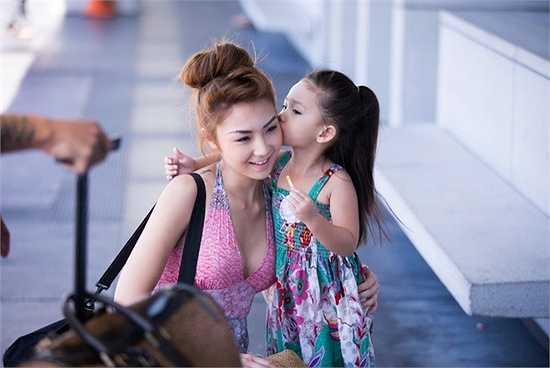 Vì sắp gần ngày sinh nhật của Sandra nên Jennifer Chung đã tập tành chụp ảnh cho em gái của mình, ghi lại những hình ảnh em út tung tăng vui đùa tạo dáng