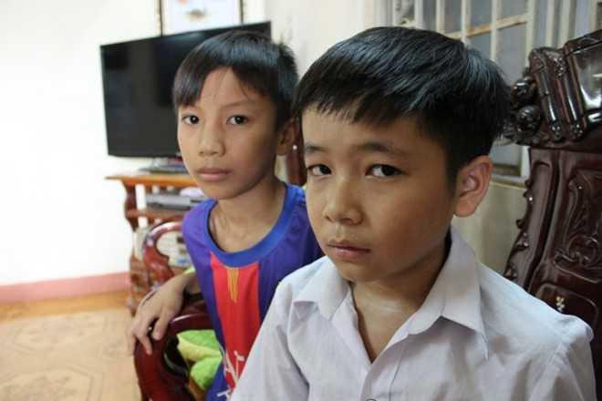 Hai em Trương Bá Quý (sau) và Nguyễn Tuấn Minh (lớp 6A4) bị cô Hương cắt tóc.