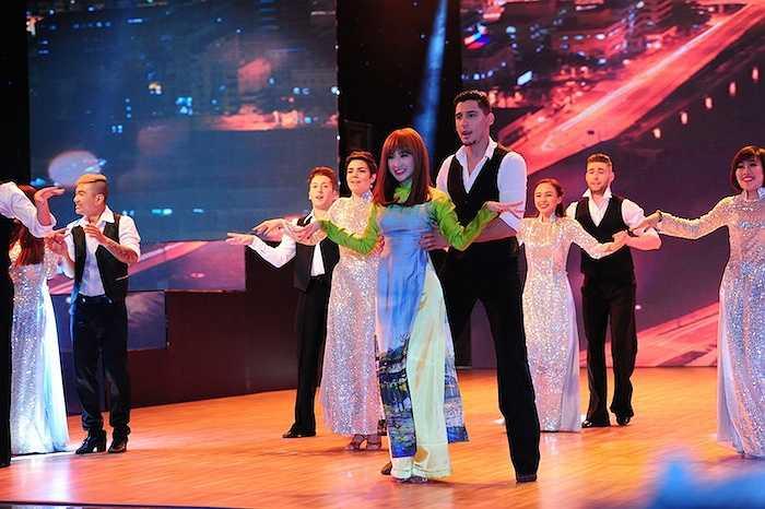 Mở đầu chương trình, Top 4 Bước nhảy hoàn vũ 2015 đem đến tiết mục Đêm đô thị.