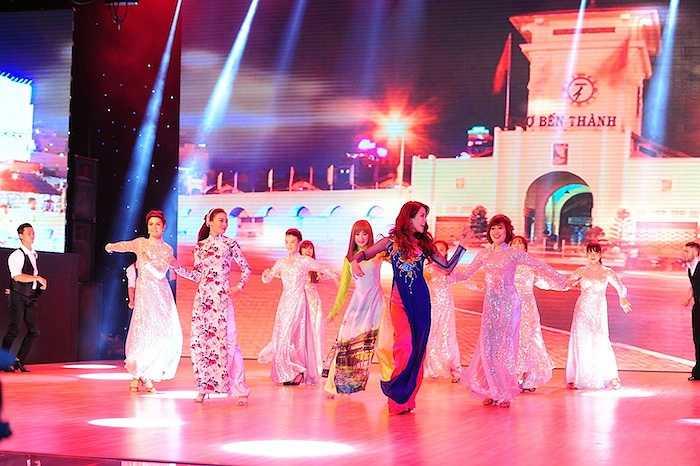 Các thí sinh của đêm Chung kết Bước nhảy hoàn vũ 2015 diện áo dài thướt tha vô cùng duyên dáng.