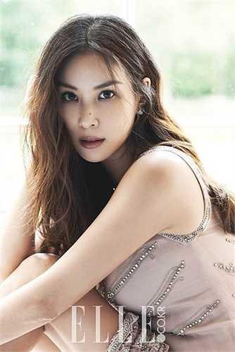 Go So Young 43 tuổi được coi là một trong những phụ nữ đẹp nhất ở Hàn Quốc cho đến thời điểm hiện tại. Dù đã ngoài 40 tuổi nhưng ít ai thấy sự già đi ở bà xã Jang Dong Gun, Go So Young gia nhập làng giải trí từ hai chục năm trước và sau hơn 20 năm, cô vẫn trẻ trung như thuở nào.