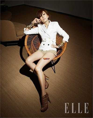 Kim Nam Joo, 44 tuổi và trông cô vẫn trẻ trung và xinh đẹp đủ để sánh vai cùng với bạn diễn nam trẻ hơn mình đến 10 tuổi.