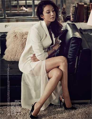 Kim Hee Ae, 48 tuổi, nổi tiếng với phong cách thanh lịch trên sóng truyền hình Hàn Quốc. Mới đây cô đã kết thúc thành công bộ phim lãng mạn 'Secret Love Affair ' cùng với bạn diễn Yoo Ah In trẻ hơn cô tới 20 tuổi,