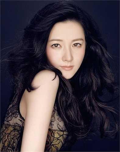 Lee Young Ae đã bước qua tuổi 44, là mẹ của hai đứa con nhưng vẫn còn sức nguyên sức hấp dẫn với công chúng. Cô giành được sự chú ý và lòng yêu mến của đông đảo khán giả tại các nước Châu Á sau vai chính trong bộ phim truyền hình nổi tiếng 'Nàng Dae Jang Geum'.