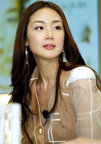 Cô được đánh giá là có 'vẻ đẹp không tuổi'. Choi Ji Woo có vẻ đẹp thánh thiện, tạo cảm giác dễ chịu cho người đối diện ngay trong lần đầu gặp gỡ.