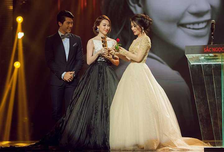 Xúc động trên sân khấu, cô cũng không quên cảm ơn chồng và mẹ cô, những người đã bên cạnh ủng hộ Ngân Khánh suốt thời gian qua.