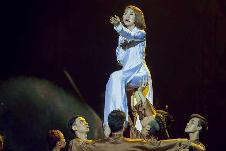Đặc biệt, trên sân khấu HTV, lần đầu tiên Ngân Khánh múa và hát ca khúc 'Dạ cổ hoài lang' khá ngọt ngào và lắng đọng.