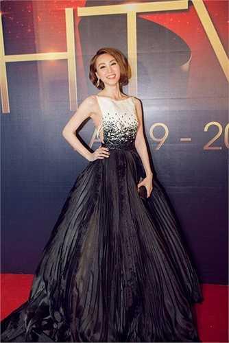 Lần thứ nhất là năm 2010, lần đầu tiên Ngân Khánh được giải thưởng và sau 5 năm, Ngân Khánh lại được vinh dự trao giải về diễn xuất với phim 'Quyễn rũ' của đạo diễn Trương Quang Thịnh