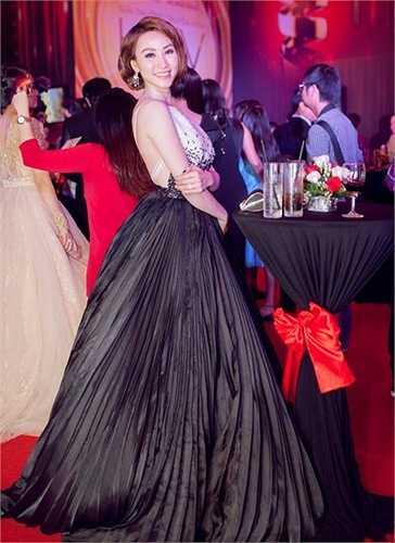 Ngân Khánh được đặc biệt chú ý và săn đón khi cô xuất hiện lộng lẫy với chiếc đầm dạ hội khá cầu kỳ