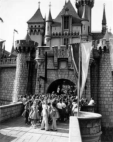 Disneyland tắc nghẽn trong ngày mở cửa khai trương đầu tiên vào năm 1955.