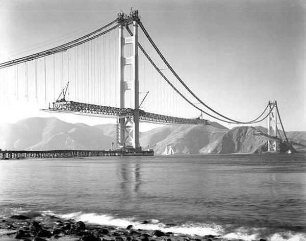 Hình ảnh cây cầu treo Cầu Cổng Vàng nổi tiếng thế giới tại California, Mỹ đang được xây dựng vào năm 1937.