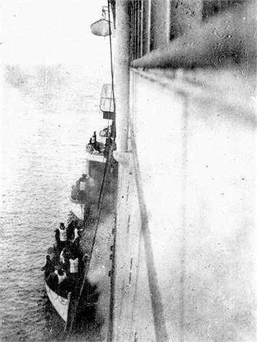 Hình ảnh những chiếc thuyền nhỏ sống sót sau vụ chìm tàu Titanic được tàu RMS Carpathia cứu vớt trên đại dương năm 1912.