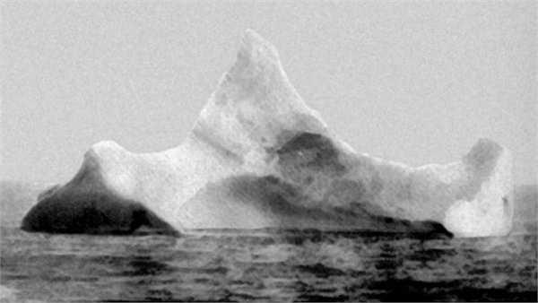 Đây được xem là tảng băng trôi đã va chạm với tàu Titanic và xảy ra thảm kịch đau thương năm 1912.