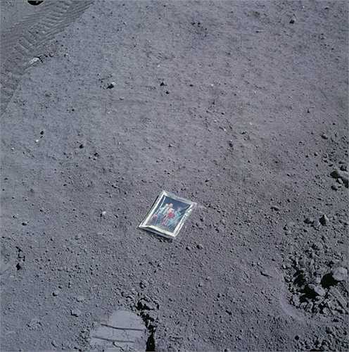 Bức ảnh gia đình của phi hành gia Charles Duke được bỏ lại trên mặt trăng vào năm 1972. Nó còn có một lớp plastic bên ngoài để bảo vệ.