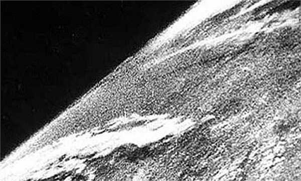 Tấm hình về Trái đất đầu tiên nhìn từ ngoài không gian được chụp vào năm 194, khi một binh sĩ đã gắn máy ảnh lên tên lửa trước khi nó được phóng đi và Google Maps đã chụp được.