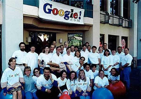 Bức ảnh này chụp nhóm Google vào năm 1999 sau 1 năm công ty Google hay cũng như công cụ tìm kiếm lớn nhất và mạnh nhất trên Internet hiện nay được thành lập.