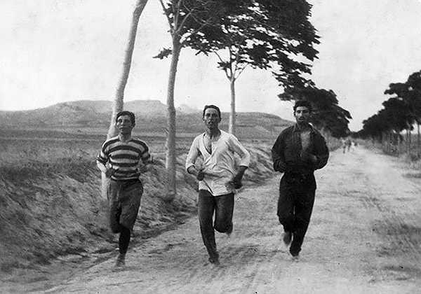 Ba vận động viên nam trong cuộc thi chạy Marathon tại Olympic hiện đại đầu tiên được tổ chức vào năm 1896.