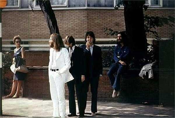Hình ảnh của nhóm nhạc The Beatles trước khi tạo nên bức ảnh lịch sử có giá 25.000 USD trên đường Abbey năm 1969. (Huyền Trân)