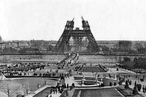 Năm 1888, công trình vĩ đại Tháp Eiffel của Pháp mới hoàn thành xong được một phần đầu tiên.