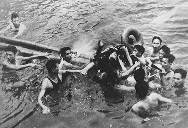 Một phi công của Mỹ được dân quân Việt Nam cứu sống sau khi máy bay bị bắn hạ và rơi xuống giữa lòng hồ Trúc Bạch, Hà Nội vào năm 1967. Tên của người phi công này là John McCain.