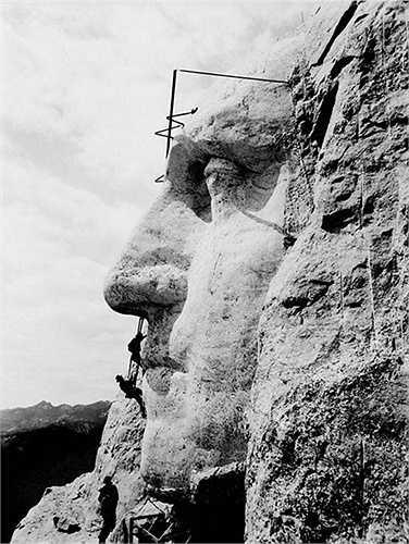 Đây là hình ảnh được chụp khi núi Rushmore đang được kiến tạo vào năm 1932, và các công nhân đang tạc tạo khuôn mặt của vị tổng thống của nước Mỹ George Washington.