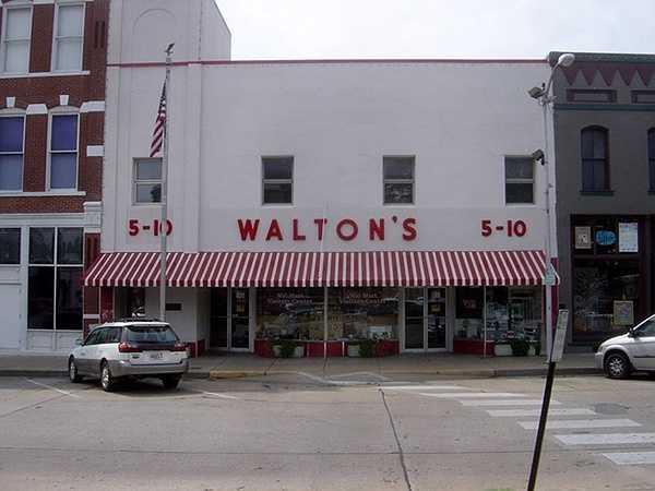 Bức ảnh màu đầu tiên của siêu thị Walmart đầu tiên trên thế giới, và chính xác là vào năm 1962 khi nó được mở ra chỉ đơn giản như một tiệm tạp hóa.