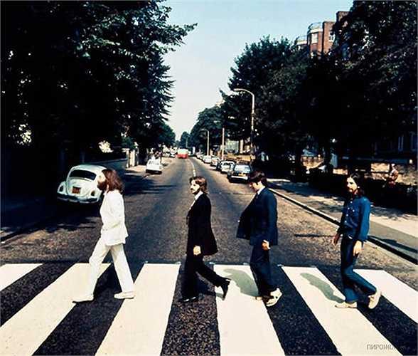 Bức ảnh nổi tiếng thế giới chụp ban nhạc The Beatles trên đường Abbey vào năm 1969 và được bán đấu giá là 25.000 USD.