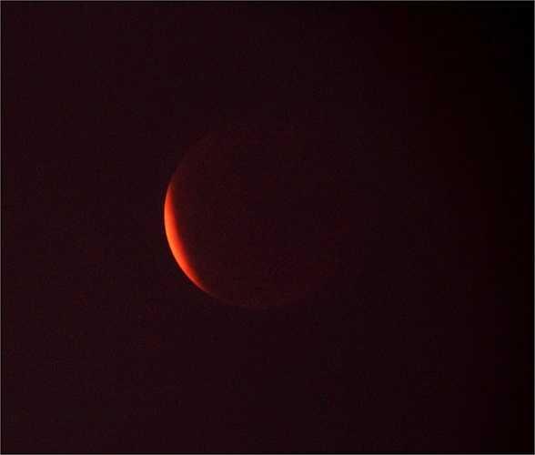 Hình ảnh chụp lúc 19h37, thời điểm đang diễn ra pha toàn phần, mặt trăng gần như bị che khuất hoàn toàn.