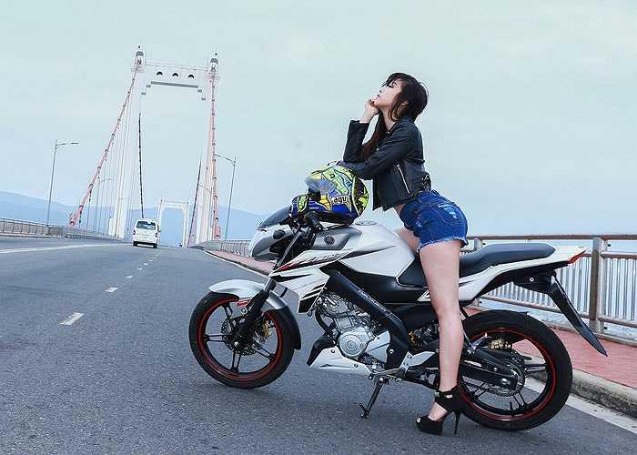 Gợi cảm và cá tính, các cô nàng chân dài càng thêm nóng bỏng khi tạo dáng hay đua tốc độ cùng môtô thể thao Yamaha FZ150i.