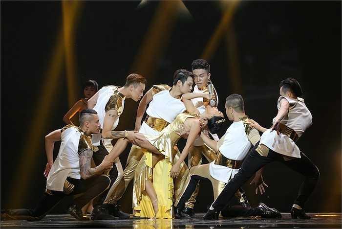Đoan Trang mang đến một phần trình diễn cùng vũ đoàn.