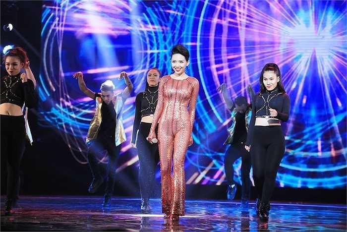 Cô trình diễn cùng vũ đoàn MTE.