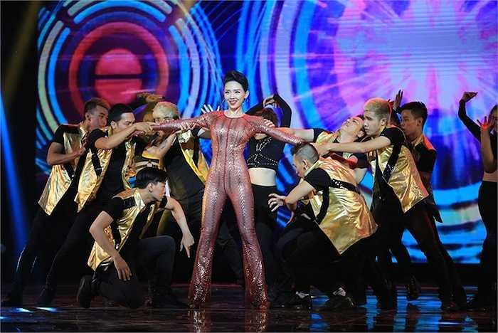Hàng ngàn khán giả cổ vũ cho màn trình diễn của cô.