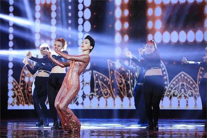 Đặc biệt, vũ điệu cồng chiêng 'làm mưa làm gió' thời gian qua được cô tái hiện trên sân khấu HTV.