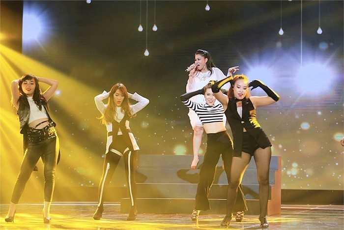 Chị trình diễn hit Xinh với những bước nhảy sôi động.