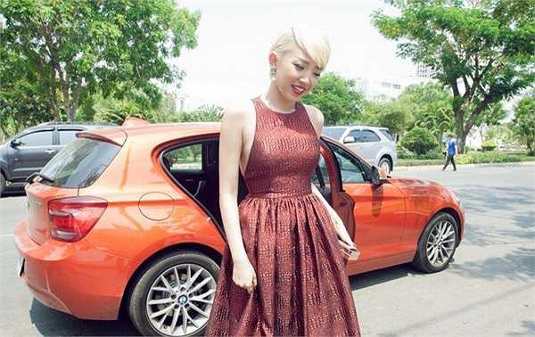 Tóc Tiên vô cùng nổi bật với chiếc đầm đỏ bên cạnh Kim Lý lịch lãm