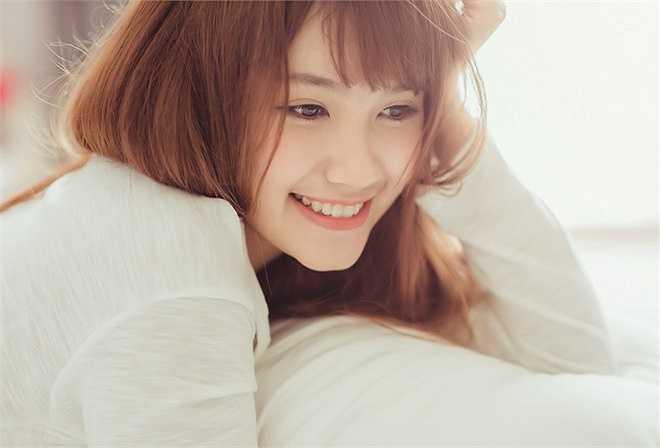 Nữ sinh có khuôn mặt hài hòa, nổi bật là nụ cười rạng rỡ.