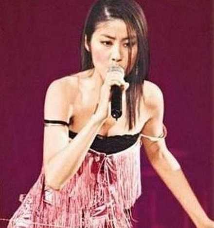 Trần Huệ Lâm tuột cả dây áo trong lẫn áo ngoài khi đang biểu diễn rất 'sung'.